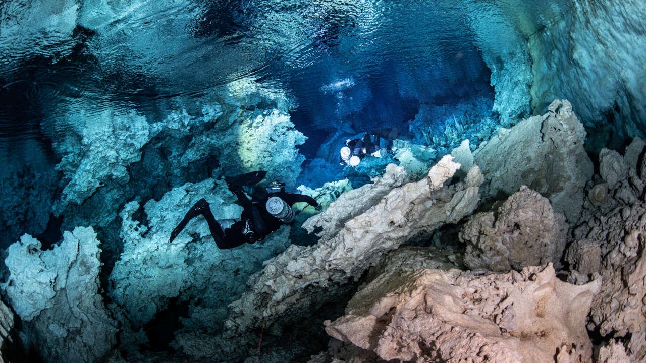 Sidemount divers dans une grotte en Indonésie